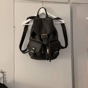 En jättefin ryggsäck i fake skinn. Vet ej vart den är ifrån mer än att jag köpte den på Gotland. Jättefin och rymlig ryggsäck som jag inte använt så mycket, så i bra skick!🤍