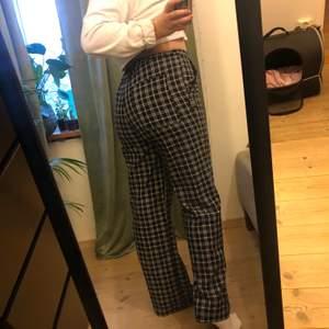 Blårutiga byxor köpta på Urban outfitters, har fickor på rumpan samt vanliga fickor fram till 💕 andvända fåtal gånger! Strl M! Jag är 167 cm lång