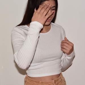 💌 Vit tröja som man knyter där bak - köparen står för frakt !! Passar så bra till vad som helst ❣️ Skriv för ytterligare frågor eller bilde