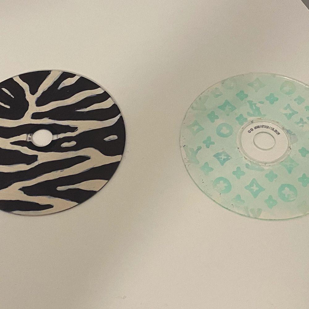 Säljer dessa coola cd-skivorna ! En för 15kr båda för 30kr! 💗 Ansvarar inte för postens slarv! . Övrigt.