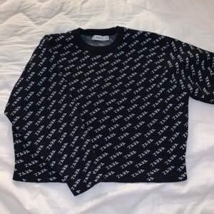 En svart sweatshirt med Zara loggan. Aldrig använd. Kan mötas upp i Jönköping annars tillkommer fraktkostnad.🖤