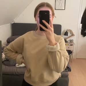 Säljer min beiga sweatshirt, jätte skönt material inuti.