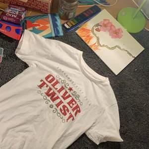 Oliver Twist T-shirt som e för liten.. 🦎1 plagg 30kr🦎2 plagg 50kr🦎3 plagg 70kr🦎4 plagg 95kr🦎5 plagg 120kr🦎