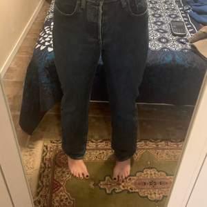 Alldeles för små för mig så säljer pga det. Jeansen är använda 1-2 gånger och är annars i toppskick. Det står att det är stolek 29 men det är herrstolek så skulle säga att det är en 25 eller 26 dam👍🏼💜✨  (Köparen betalar för frakten) Buda gärna♥️