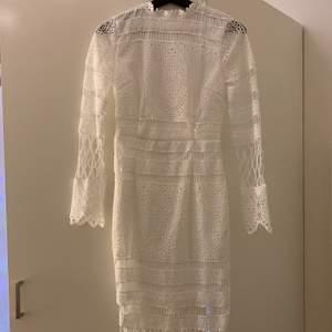 Denna fina spetsklänning beställdes för 2 år sedan, den har hängt i garderoben sedan dess oanvänd då den storleksmässigt inte passar mig. Den har en dragkedja på baksidan! 😁💯