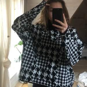 Fin svartvit mönstrad tröja från H&M i strl L. Aldrig använd (köpare står för frakt)