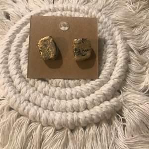Svart marmor guld studs ploppar
