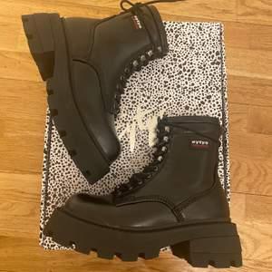 Super coola helt nya Boots från Eytys i storlek 36 passar även till storlek 37 .