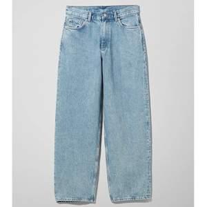 Säljer nu mina Rail mid loose straight jeans från weekday, då tyvärr har blivit för små:/. Köptes för 600kr. Frakt är 79kr❤️