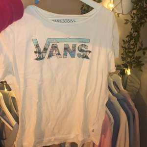 Fin tshirt från vans med ett jättefint tryck. Säljer då jag inte använder den. Frakt tillkommer.
