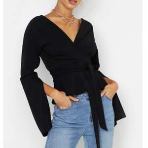 Säljer min svarta omlott blus från Boohoo, använd ett par gånger. Har gått upp i vikt därför måste jag sälja den vidare. Tröjan har inga skador alls och är 3 månader gammal.