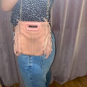 Intressekoll på min fina slutsålda Maje väska. Den är använd vilket gör att den är lite smutsig på kanterna (vilket går att fixa genom att putsa mockan.) Den är i den mindre modellen och är köpt på NK butiken i Stockholm. Nypris är ca 1800-2000. Buda privat💞💞