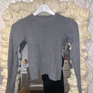 Säljer denna gråa långärmade ströjan, något croppad och passar dig som är xs-m, köparen står för frakten!