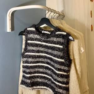 Jättesöt väst från Zara som dock inte är min stil. Max använd två gånger. Snygg stylad med en vit skjorta under!! Pris kan diskuteras. Frakt tillkommer.