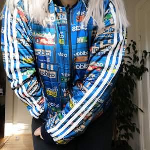 Från Adidas store Stockholm🌟 Herrmodell, passformen är ganska lång och stor i ärmarna🌟 Tröjan går att ha på två olika sätt, genom att vända jackan🌟