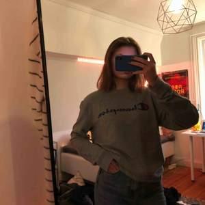 Säljer denna jättesköna sweatshirt/collegetröja från Champion, köpt från Åhléns. Använd fåtal gånger och är i bra skick. Kan mötas upp i Stockholm annars står köparen för frakt💖💖