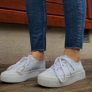 Snygga vita skor. Skriv för mer info 😊