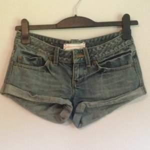 Knappt använda jeansshorts med låg midja från topshop!