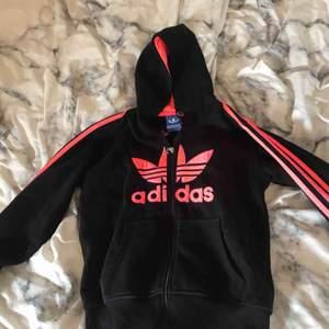 Säljer denna Adidas huvtröja med neon rosa text och linjer i Storlek S men skulle kunna passa en med storlek M också. Möts upp i Linköping annars står köparen för frakten