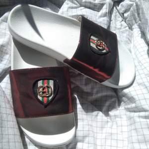Fina (fake) gucci sommar skor/flip flops använda ungefär en vecka i Turkiet och endast hotell området 😊 Köpt också i turkiet. Skorna passar fint på mig som har storlek 39, dem är ej lösa men ej tajta heller 🌻❤️ Frakt är inte inräknat i priset🏡