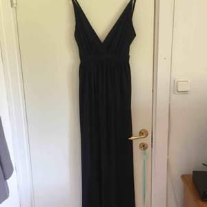 En jättefin balklänning som inte kom till användning, köpte den för 500kr på nelly i storlek xs färg svart. Passar både s/xs.  Lappen finns fortfarande kvar. Inga fläckar eller  slitningar på klänningen. Nytt skick. Fri frakt
