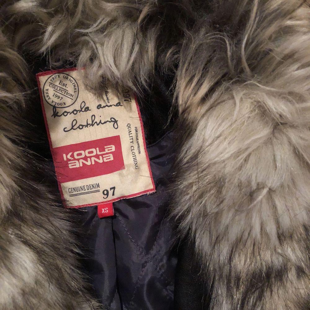 Superfin skinnjacka med fuskpäls som endast stått i garderoben och kommit till användning 1 gång. . Jackor.