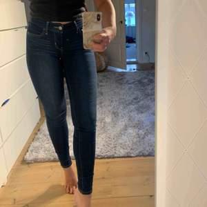 Aldrig använda Levis jeans. Tillhör deras 710 super skinny kollektionen. Mörkblå, mycket fint skick. Jag är 160 cm lång och längden passar mig utmärkt.