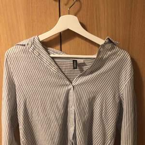 Fin blå/vit randig skjorta