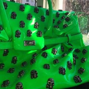 Rymlig lack, Neon grön Tote bag med döskallar på, från Mia Bag. Original pris 1500, men då den är relativt gammal och handtaget är lite sönder sänker jag priset.