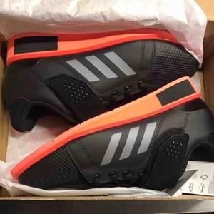 Shoes ADIDAS power perfect 3. Unisex. Finns i 39,5 och 40  Färg: Black/Corall Ny pris: 1299