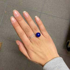 Handgjord silvrig ring med blå pärla på!