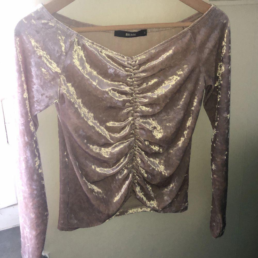 Rosa sammet offshoulder tröja från bikbok i fint skick. Säljer en likadan i svart som finns i min sida. Köper man båda kan man få de för billigare.. Tröjor & Koftor.