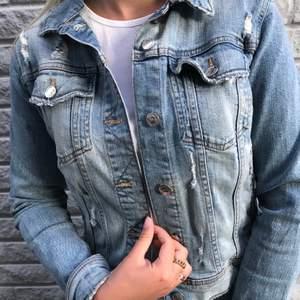 Jeans jacka med slitningar från zara då den tyvärr inte kommer till användning. Använd få gånger, som ny. Nypris 499, säljer för 200, frakt ingår ej🦋