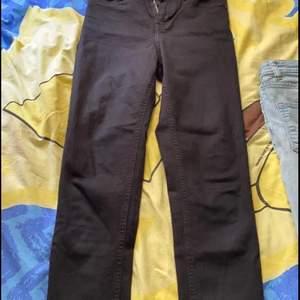 Svart jeans från JAMIE. Kan posta då köparen står för frakt 🚚💕😀.