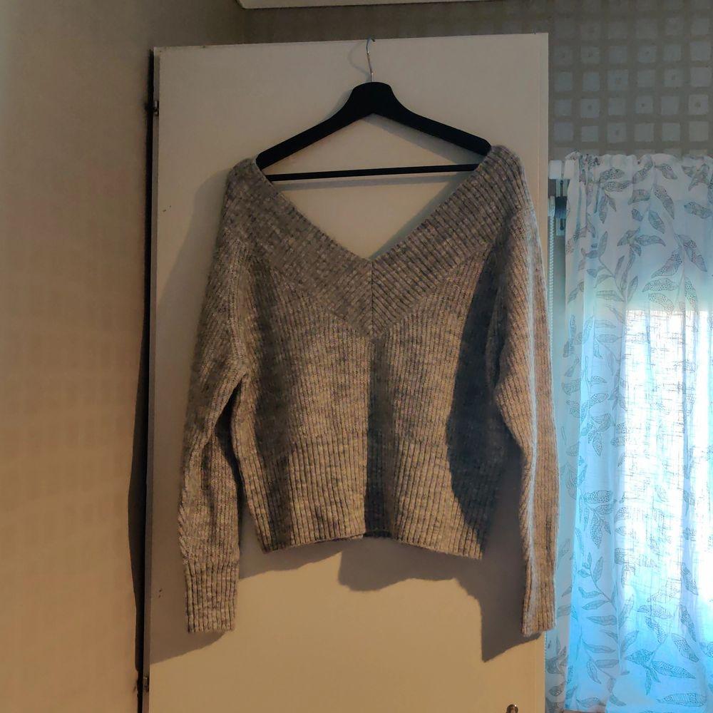 Kort stickad tröja från HM, endast använd en gång. Kan skickas, då betalar köparen frakten (priset kan diskuteras).. Huvtröjor & Träningströjor.