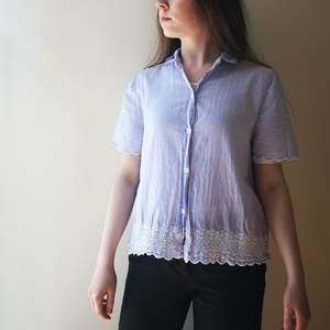 Tunn blå kortärmad skjorta med broderi detaljer 🌼💙 Lite oversize så passar även S. Köparen står för frakt.