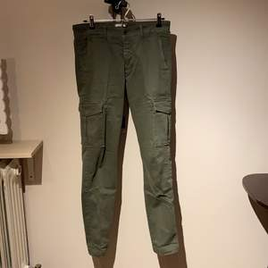 Tvärfeta Cargos som du kan ha till allting!!! Size 30 (är 170 cm) Finns i Jönköping eller fraktas för 63kr