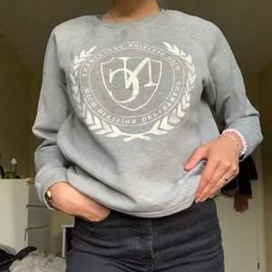 En grå tröja från Gina Tricot, står att det är storlek L men liten i storleken så passar som en S/M! 100kr + frakt tillkommer💓