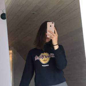 Säljer en marinblå hoodie från hard rock café! Använt skick därav det låga priset!