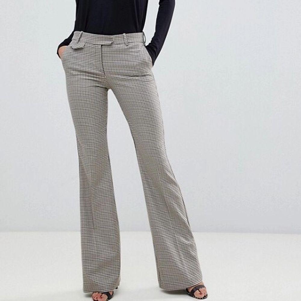 Säljer dessa rutiga utsvängda kostymbyxor. De passar om man är lång! Säljer pga. att de är försmå. Tror jag köpte de för ungefär 400 kr. Jeans & Byxor.