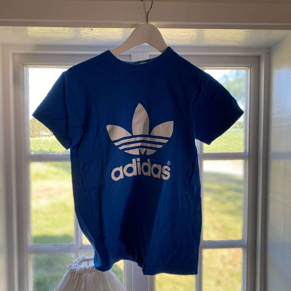 Adidas frakt ingår i priset . T-shirts.