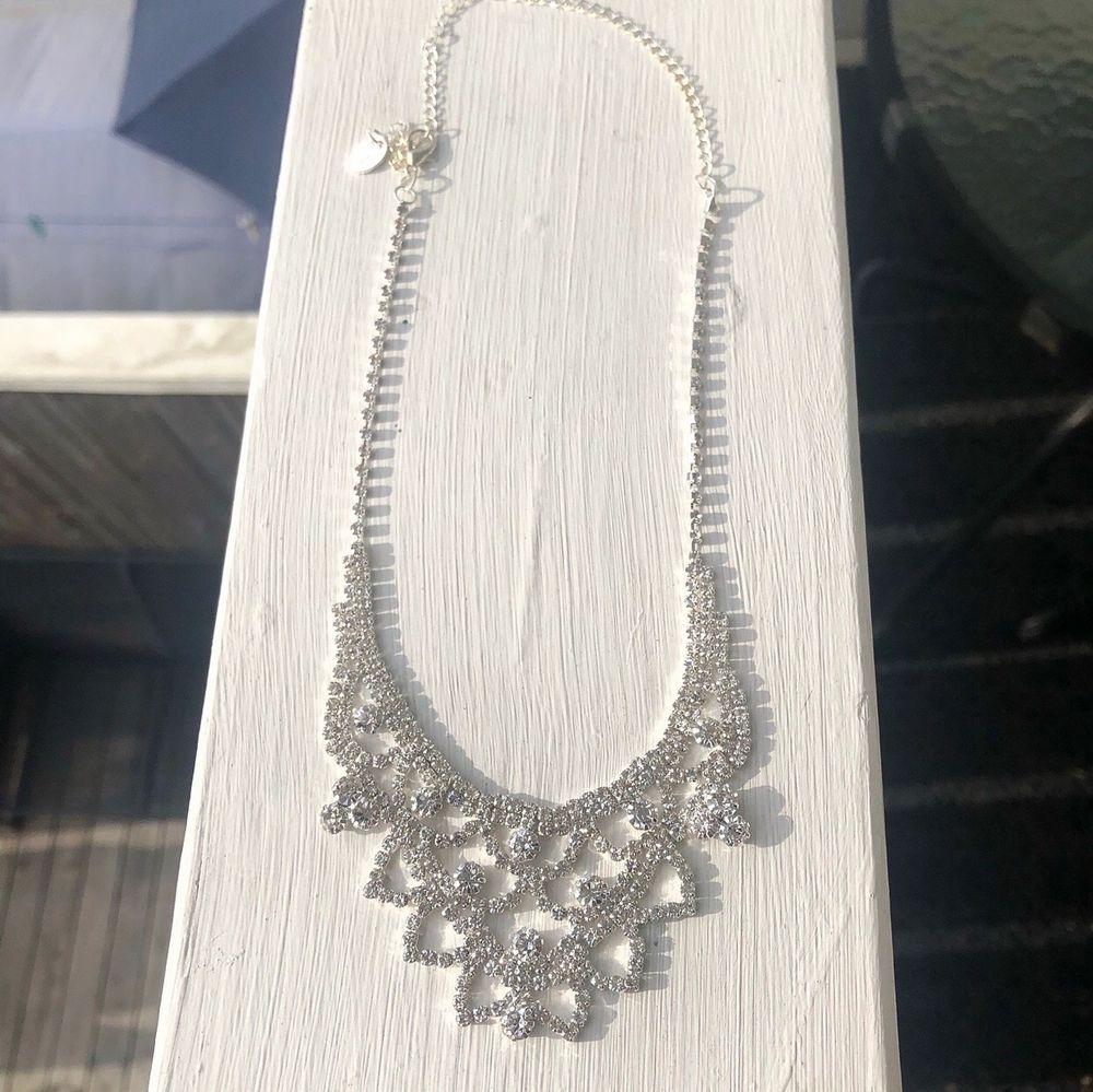 Superfint smyckeset som är helt oanvända och i nyskick, passar perfekt till fester! Stenarna glittrar superfint i ljuset.. Accessoarer.