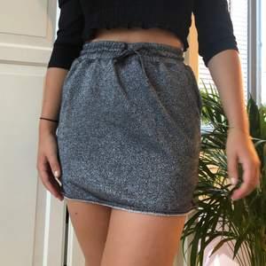 Glittrig kjol!! Knyt i midjan för att anpassa storlek! Lite längre på låren så väldigt skön att ha på sig! Köparen står för frakt!! 59kr🧚🏼🧚🏼 (möjligen 42kr om den får plats i de lilla fraktpaketet från postkort!)