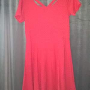 Röd snygg klänning i stretch material. Frakt tillkommer. Strl 44 men mer som M