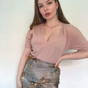Muted rosa oversize v-neck tröja från Zara, köpt i Genève. En super liten fläck vid v-rigningen därav priset. Storlek M, men snygg på mindre storlekar som oversize.