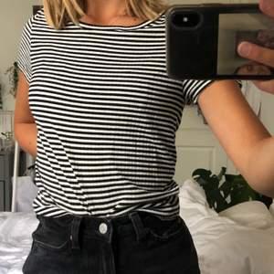 En simpel randig t-shorts! Superskön! Använd några gånger. Kan fås gratis om man köparen något annat. Kan mötas upp i Malmö annars står köparen för frakt❤️