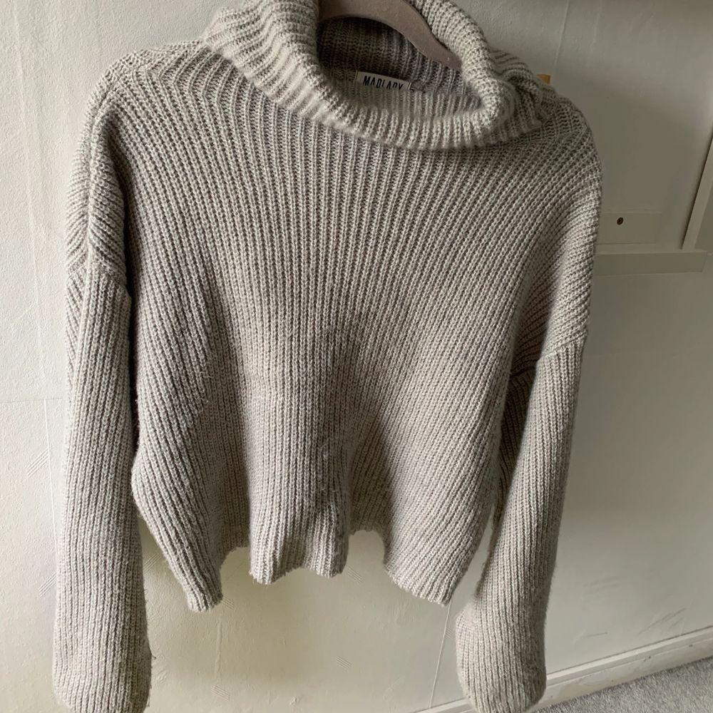 En stickad klänning som jag klippt, skulle säga att den sitter som en tröja! Använd 2 gånger,(står inte för frakten)💕💕. Stickat.