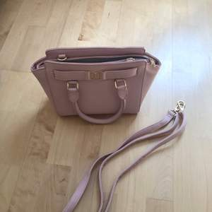 Ljusrosa väska från Donna Donna, ca 30 cm, medföljer en justerbar axelrem, 150 kr