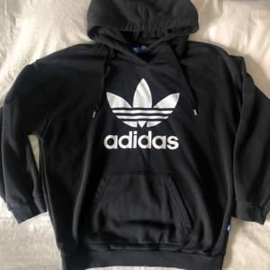 """Adidas hoodie som är använd men ändå i gott skick! Det ända """"felet"""" är att snörena är något knottriga. Skulle säga att den är något stor i storleken. Frakt tillkommer och betalningen sker via Swish!"""