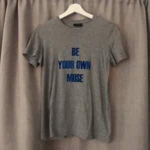 """Använd kanske en gång. Text: """"be your own muse""""."""